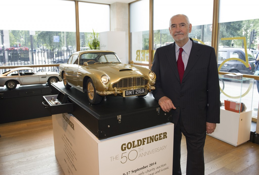 A subasta replica chapada en oro del Aston Martin de Goldfinger